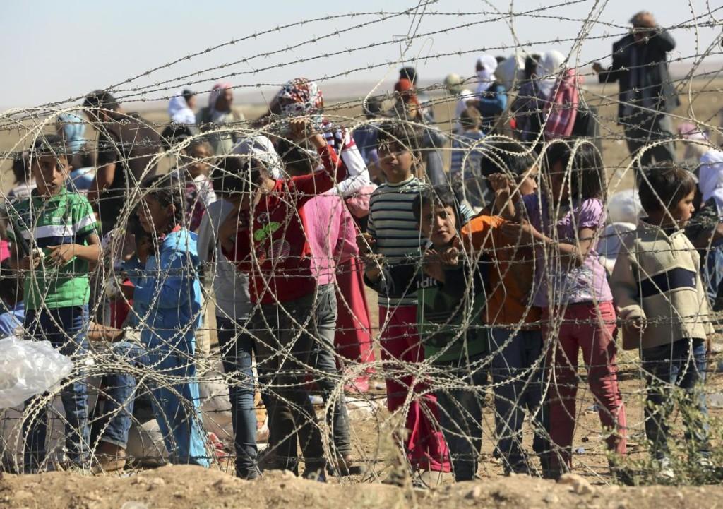Hundreds of Kurds Waiting to Cross the Border into Turkey